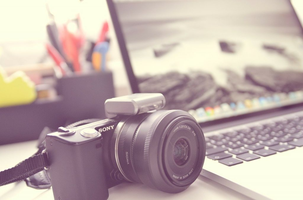 A camera and a laptop used in an online photosession